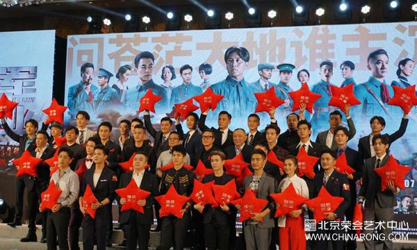 "Red carpet for the first release of ""The Founding of An Army"", many stars appeared and received the collected porcelain vase of ""The prosperity of the world"""