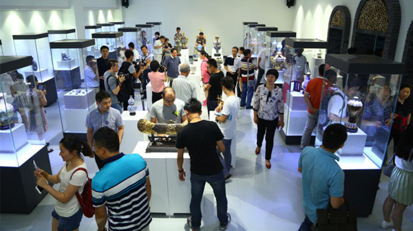 The first Chinese enamel art exhibition opened in Beijing