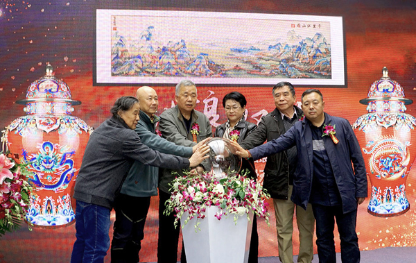 "The opening exhibition of 60th anniversary career of master Zhang Tonglu was opended in Beijing, and first published his new work ""Great power"" general zun and pinching enamel ""Thousands miles of mountains and rivers"""